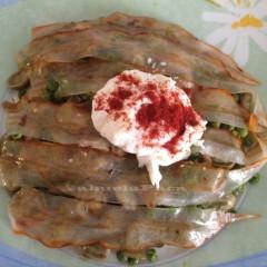 Habitas, guisantes y huevos con panceta ibérica